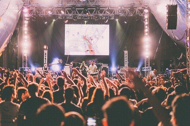 多くの観客集まるライブ