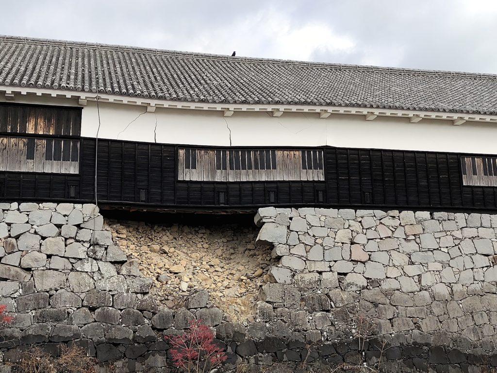 地震により石垣が崩れ建物が歪んでいる数寄屋丸二階御広間