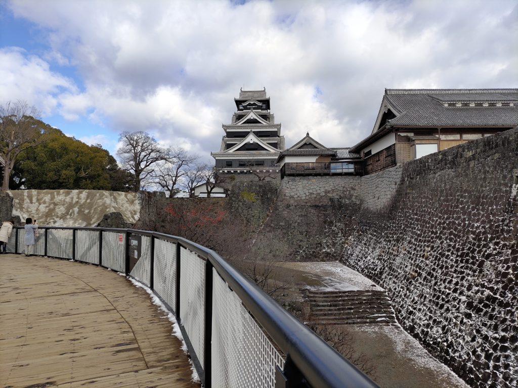 復興途中でも見学できるよう設けられた地上約6mの高さにある特別見学通路から見る熊本城天守閣