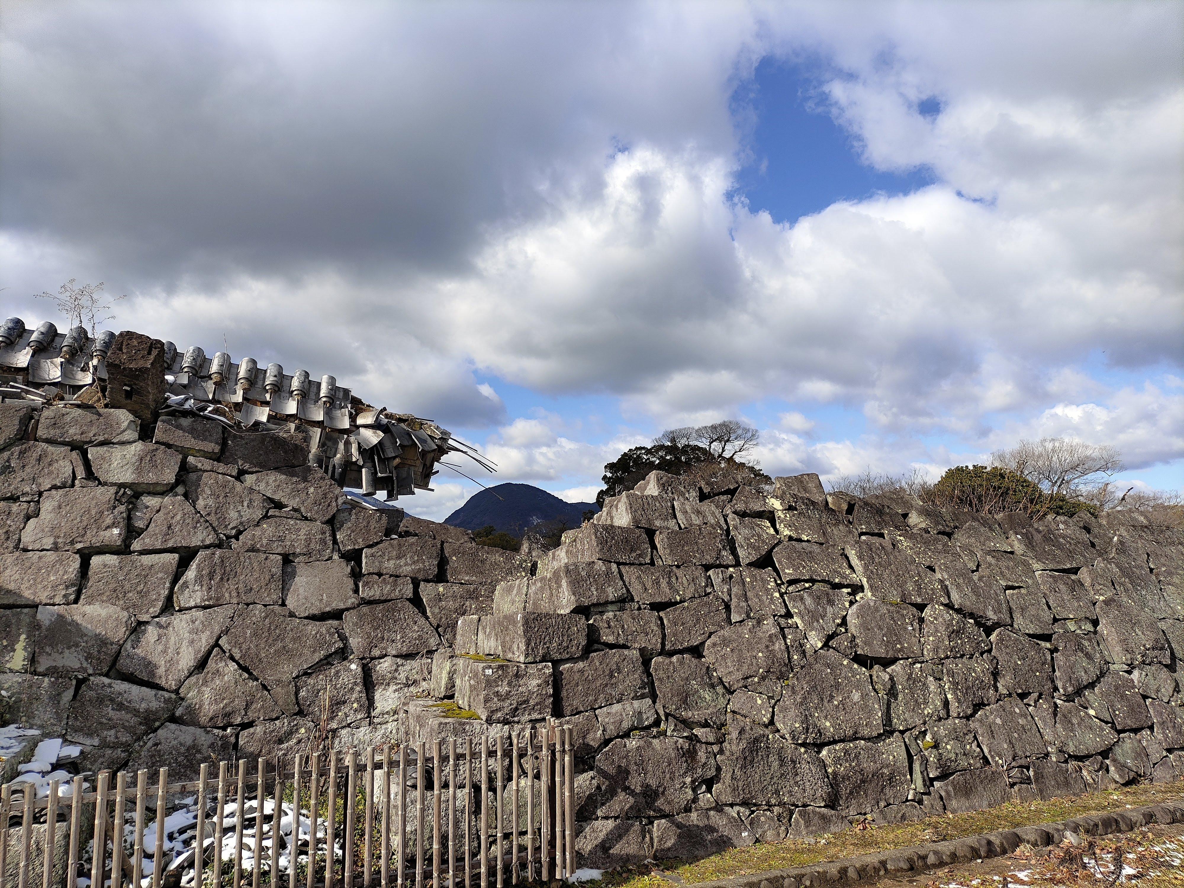 熊本地震で崩れたままの熊本城石垣