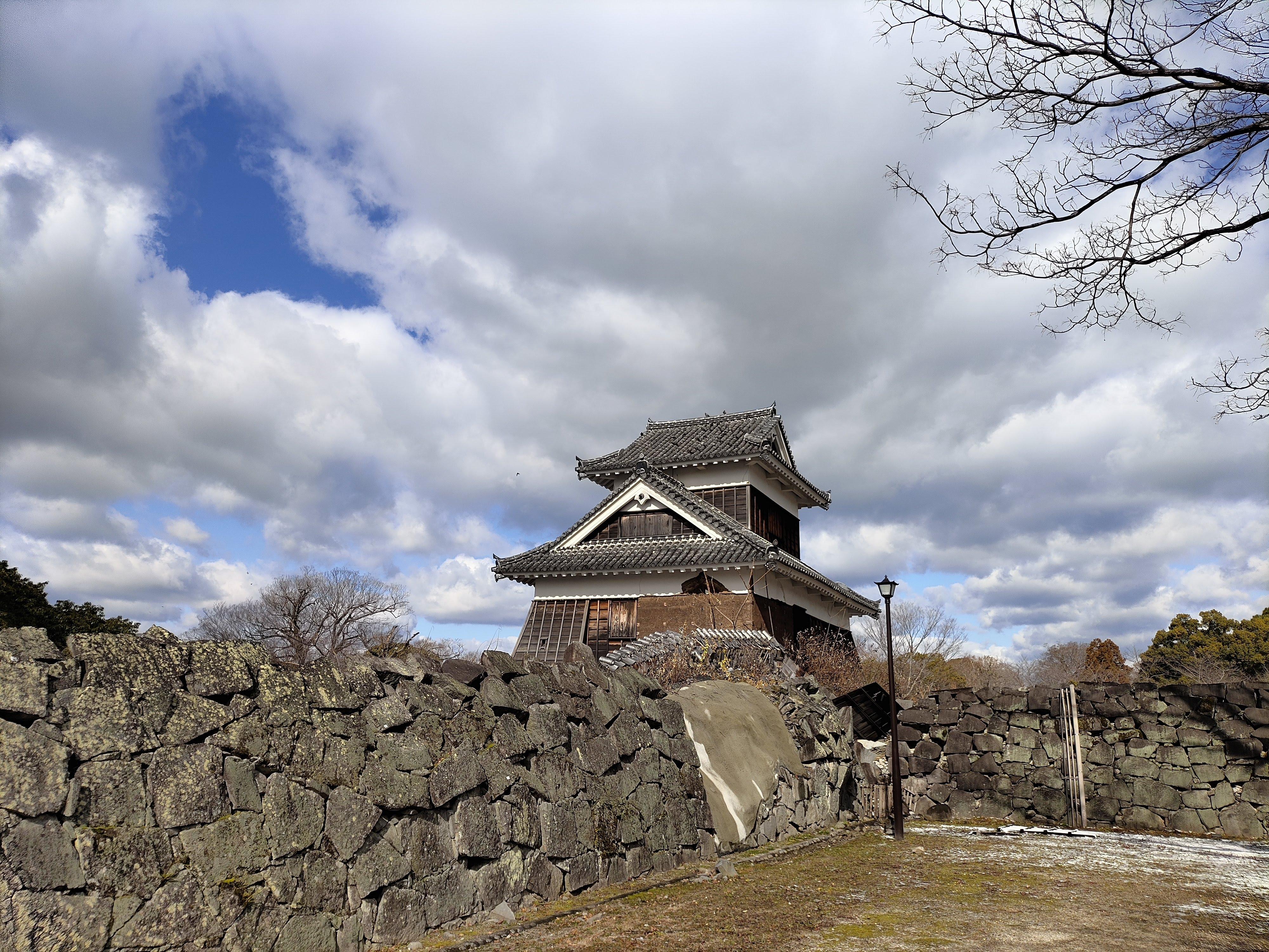 熊本地震で崩れたままの熊本城石垣と櫓